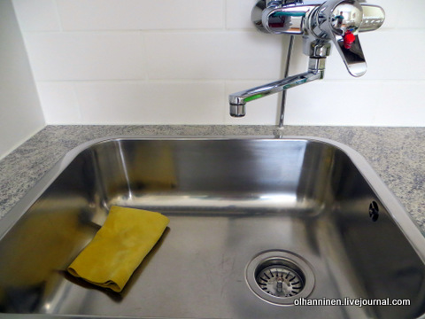 07 вытираем раковину сухой тряпкой после мытья