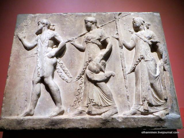 10 Шествие богов Гермес, Афина, Артемида архаичный подражающий древнему стилю рельеф I века до н.э. Поступление 1851 г