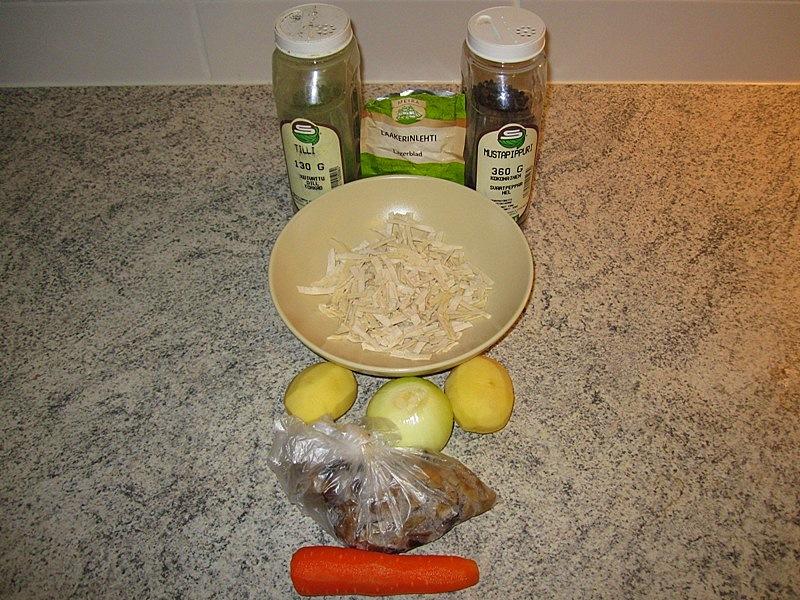 Чистим морковь, картофель, лук и режем их соответственно
