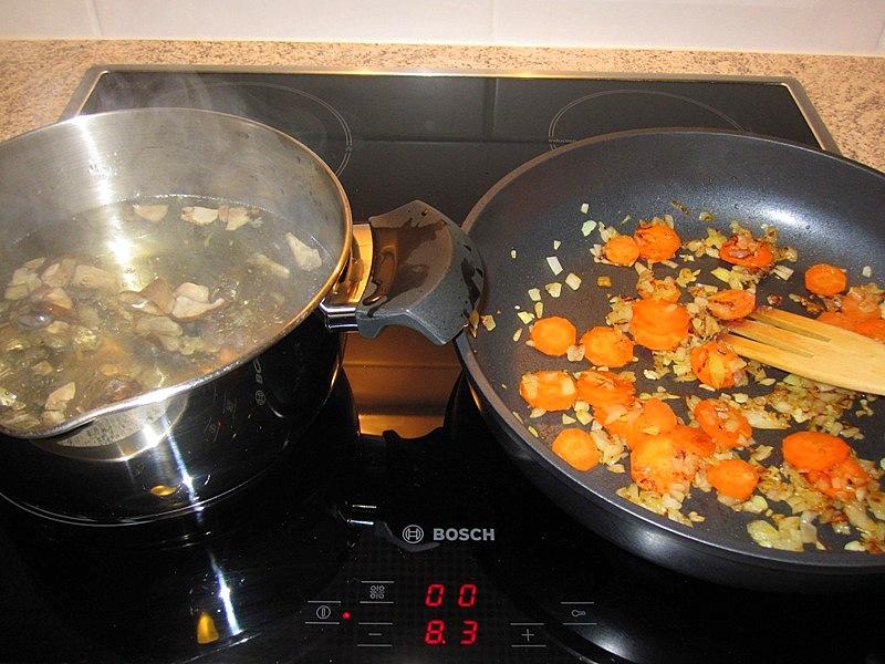 Пока жарим лук, а затем добавляем к нему в ту же сковородку морковку