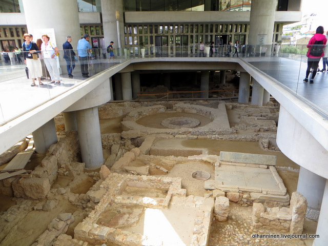 Новый музей Акрополя внизу раскопки