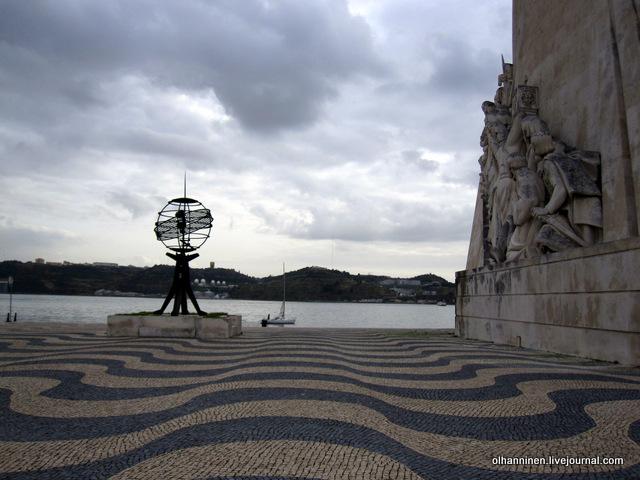 03 памятник португальским мореплавателям сбоку волна меч