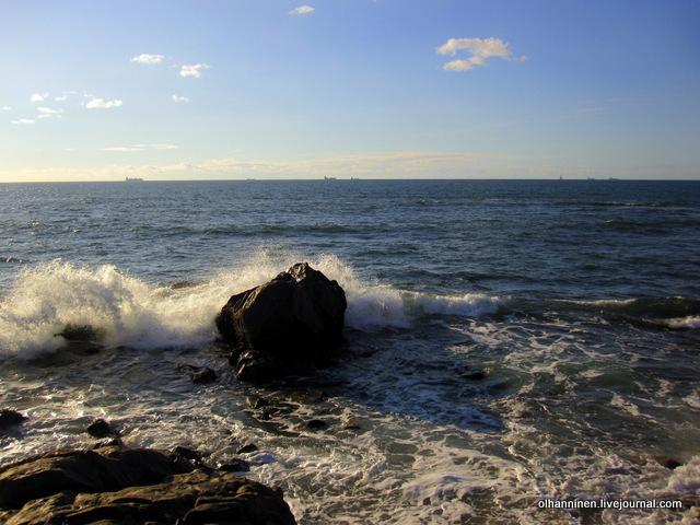 море и камень с волной