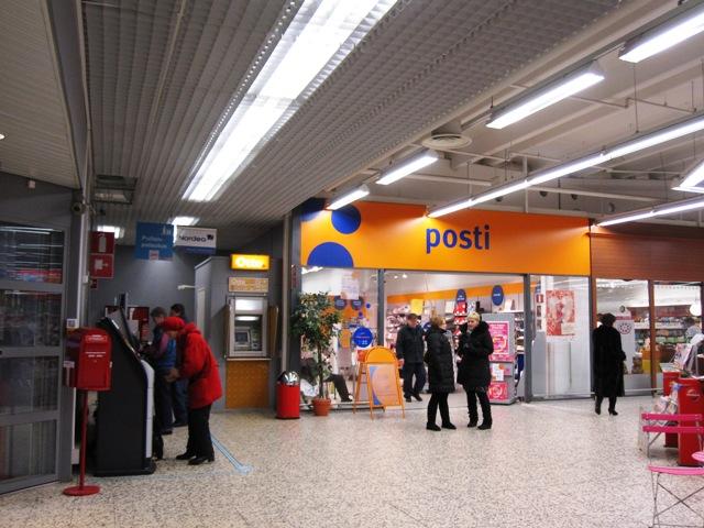 Почта в Варкаусе, в которой находится избирательный участок, к которому мы принадлежим, расположена в супермаркете