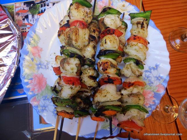 09 шашлыки из рыбы-черта на столе
