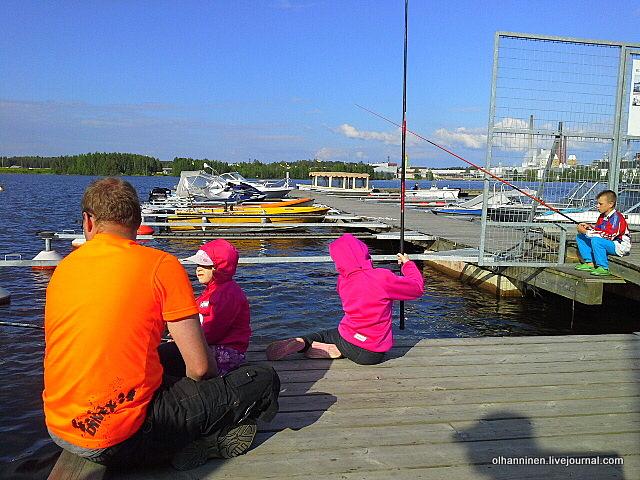 09 девочки-близнецы с папой и братом на рыбалке