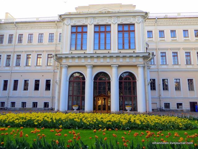 00 Аничков дворец. Парадный вход, цветы
