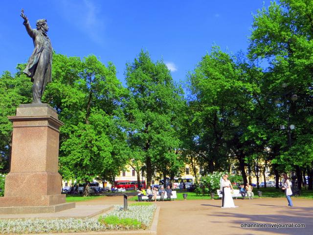 06 новобрачные у памятника А.С. Пушкина на площади искусство