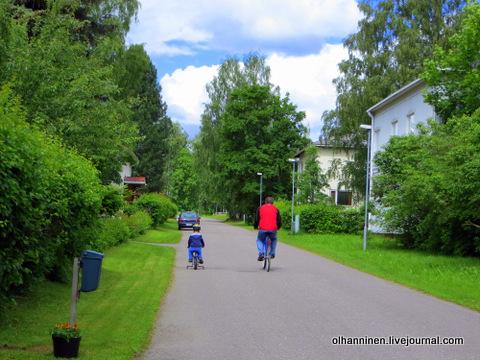 10 ребенок едет вдоль обочины