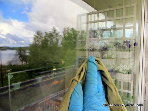 протираем окна микрофибровой тряпкой