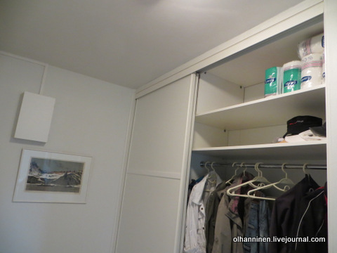 01 с одной стороны шкафа одежда, обувь, шапки, запас бумаги