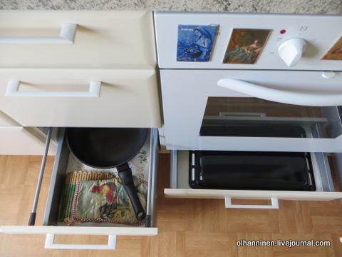 11 сковорода, прихватки подставки и рядом под духовкой противень