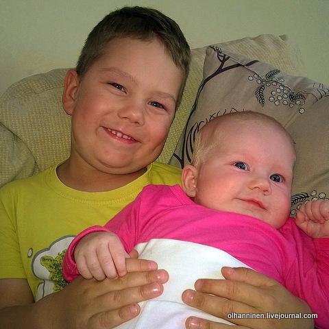 брат с сестрой улыбаются