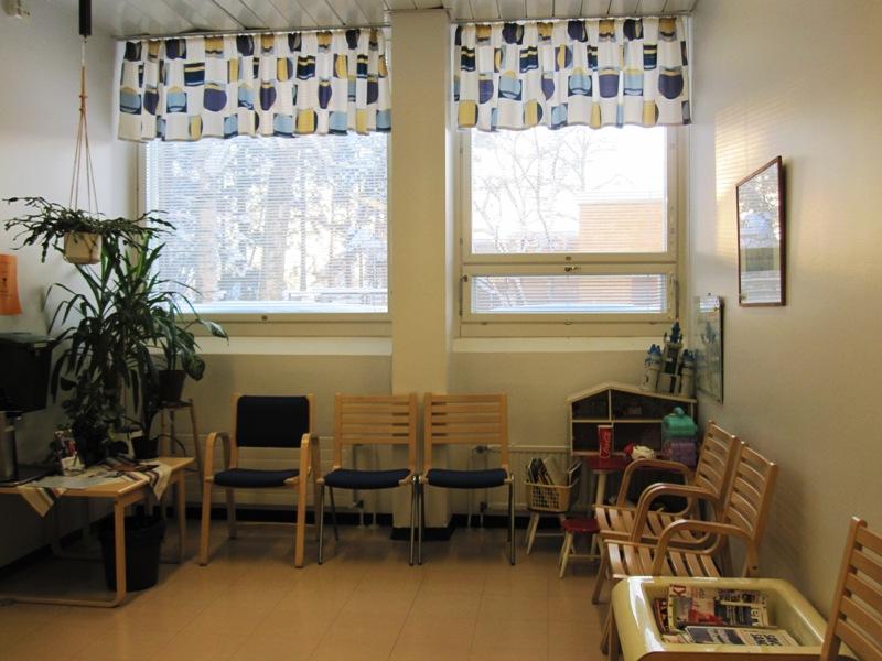 В коридоре, где больные ждут своей очереди, много цветов