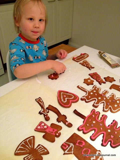Внук Лука печет рождественские финские имбирные пряники Piparkakku