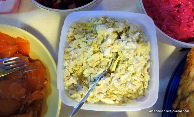 salaatti картофельный салат с белой рыбой и солеными грибами