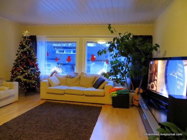 украшенная елка  в углу гостиной