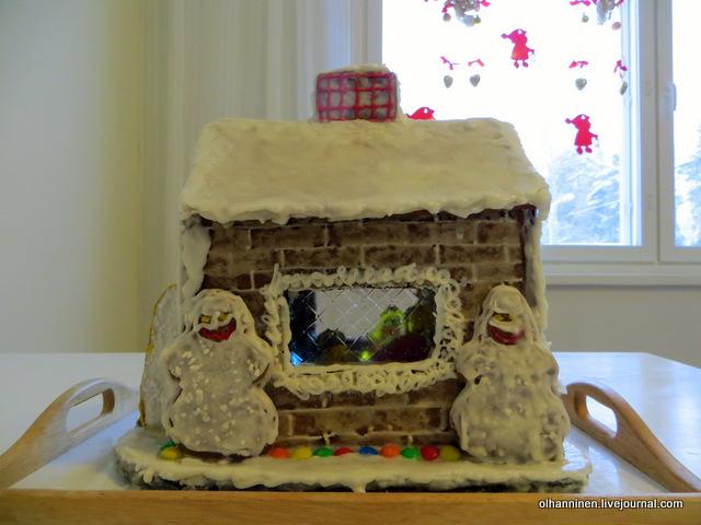 16 домик слева, снеговики, а в окне видно семью