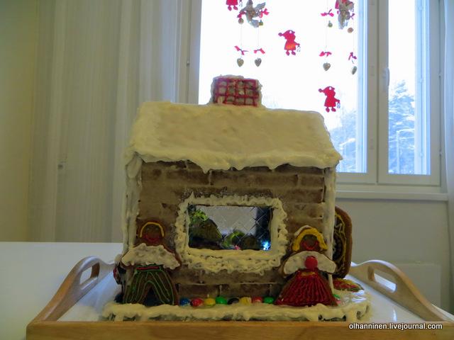 17 домик справа дед и бабушка, а в окне видно семью