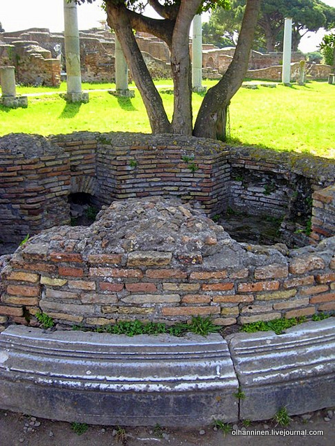 22 В центре Форума храм 51 г Lares Augusti