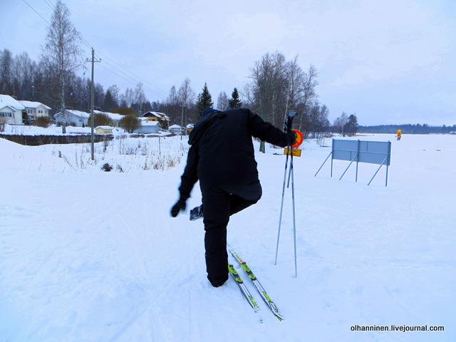 02 надевает лыжи, а ценник снять забыл