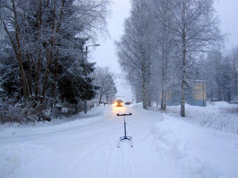 Машины на дороге раздражают катающегося на финских санках