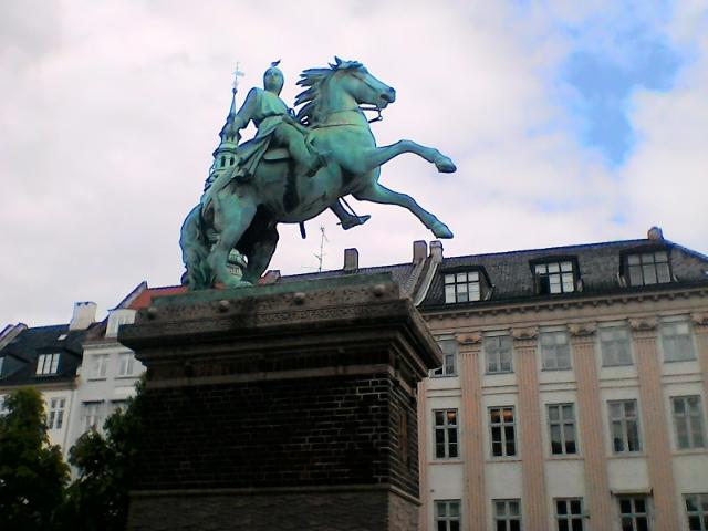 Памятник епископу Абсалону, основавшему Копенгаген  в 1167 году