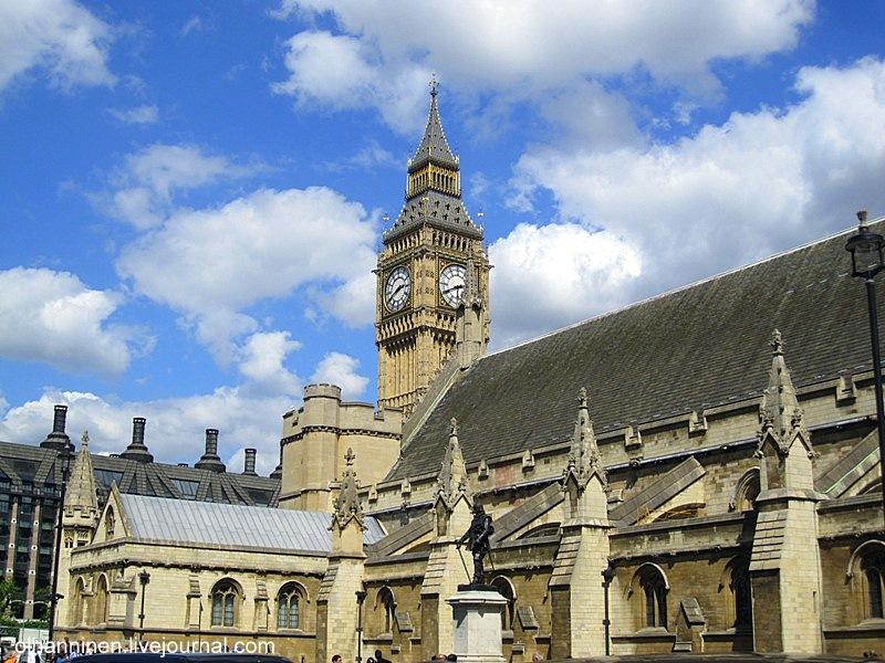 По периметру башни, справа и слева от часов, находится другая фраза