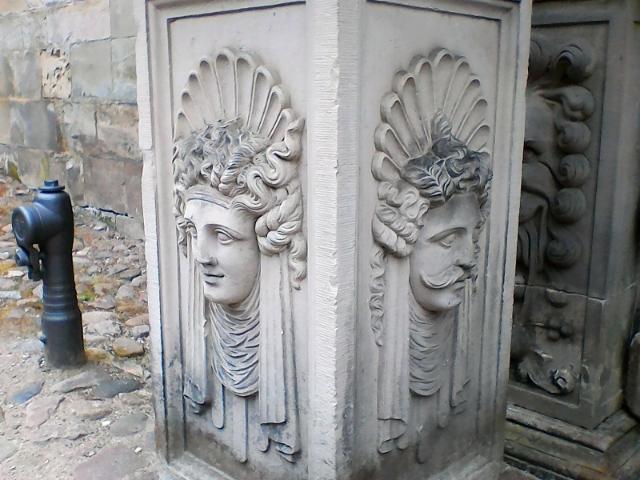 Барельефы колонн ворот