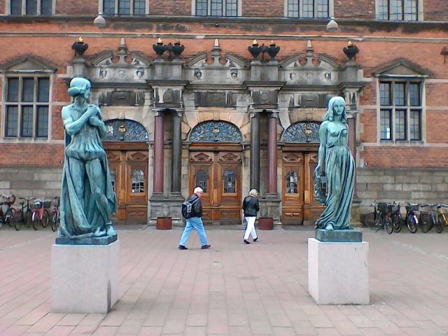 Гамлет и Офелия на фоне вокзала Хельсингер