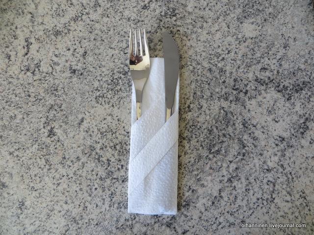 07 второй способ, когда параллельно отгибаем трубочкой два конца и кладем в разные кармашки вилку и нож.JPG