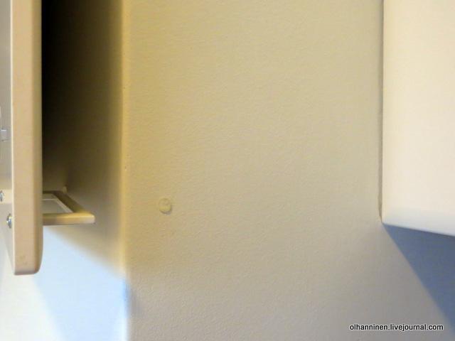 дверной буфер на стене