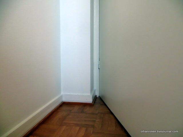 дверной буфер на плинтусе в месте удара двери.JPG