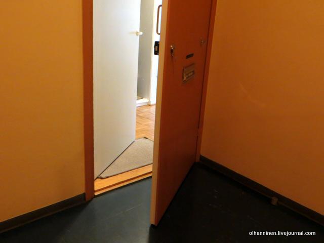 колобаха у двери на полу.JPG