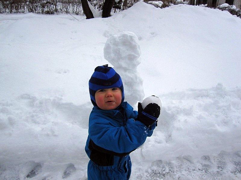 Очень нравится малышу кидаться снежками