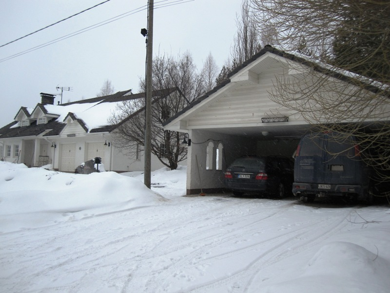 Вид на дом и гараж