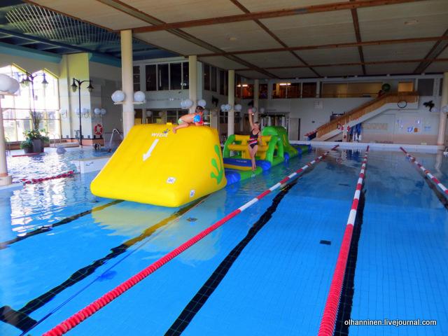 06 держу равновесие, видно третий бассейн с душами и массажерами.JPG