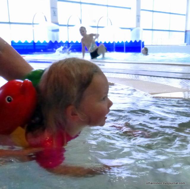 00 внучка впервые плавала в бассейне.JPG