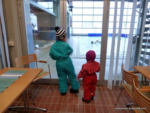 02 сестра с братом смотрит на бассейн сквозь стекло.JPG