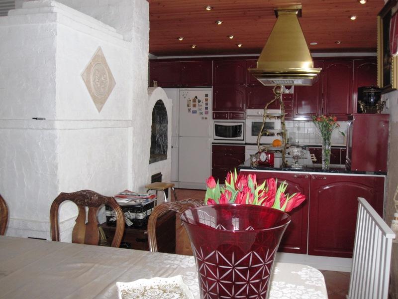 Еще вид кухни, видно, что камин совмещен с печью