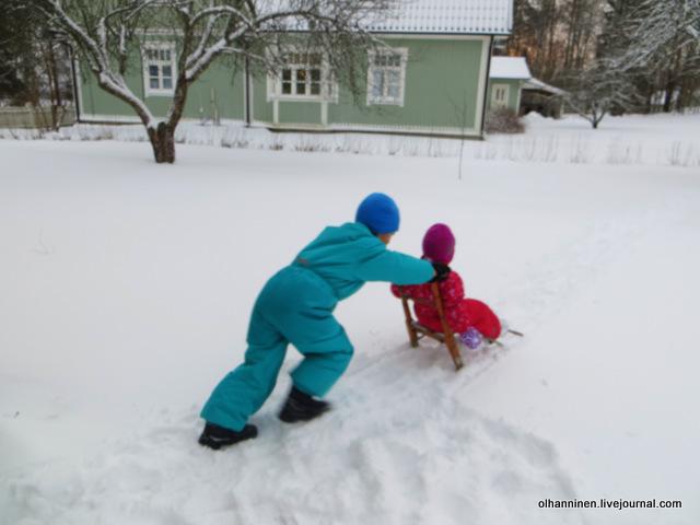 04 катание сестры на финских санях.JPG