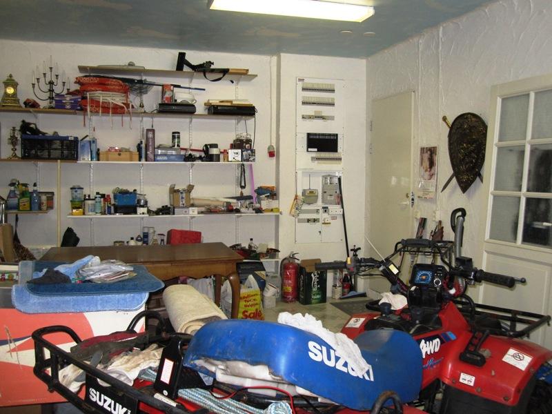 В мастерской же расположены всякие приборы