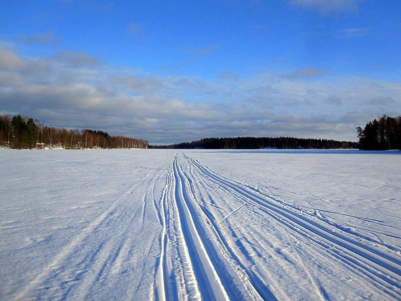Обратите внимание, что по озеру финны тоже часто прокладывают лыжню трактором
