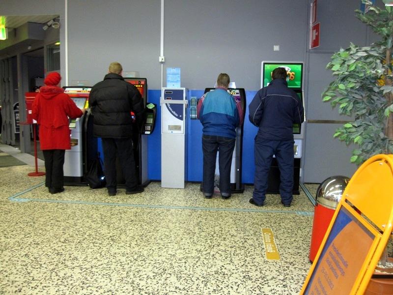 На игровых автоматах играет около половины населения