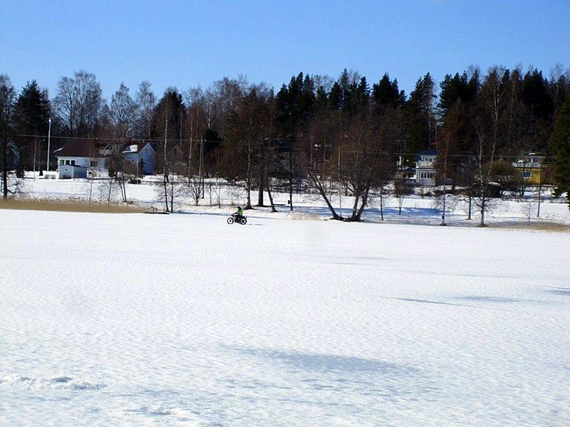 На ровном озере можно кататься на мотоцикле