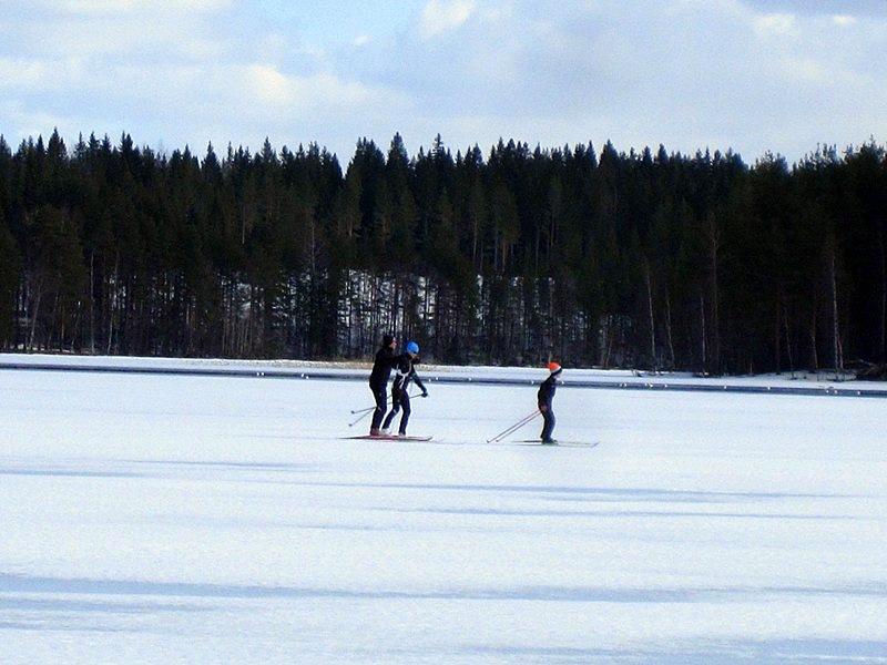 Или нестись на лыжах всей семьей вдоль полыньи