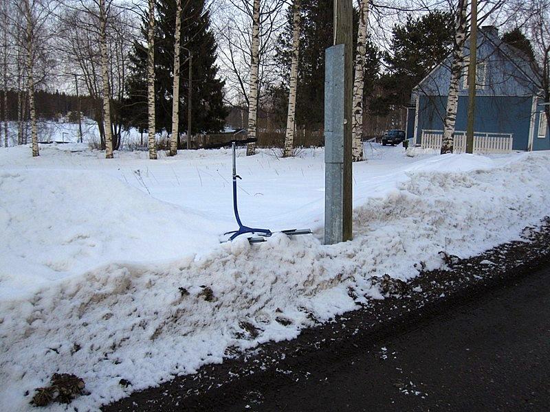 Для того, чтобы дотащить до озера финские санки я перенесла их через дорогу