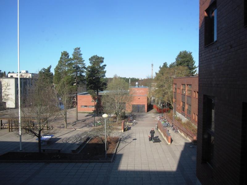 Из окна школы с преподаванием предметов на финском языке в финском городе Турку мы видим школу с преподаванием на английском