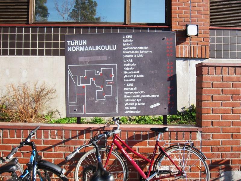 На стене школы с финским как основным, хоть и неродным для большинства, языком висит подробный план помещения