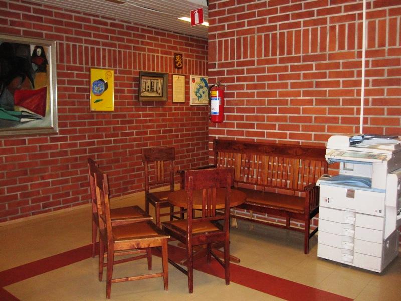 В школе много уютных уголков, где дети или учителя могут отдохнуть